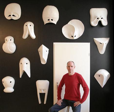 frans krom voor muur met maskers